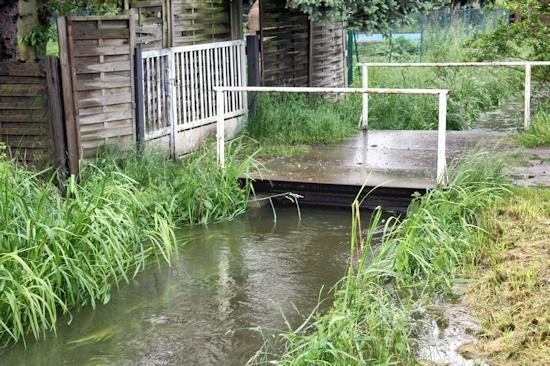 Brücke liegt auf dem Wasser auf