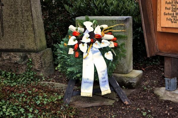 Gedenken und Mahnung zugleich - Kranz der Gemeinde Parthenstein