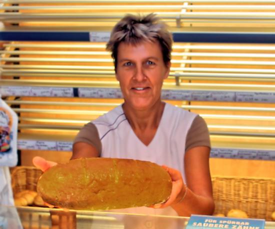 Karla Hirth - neue Verkäuferin im Backwarengeschäft