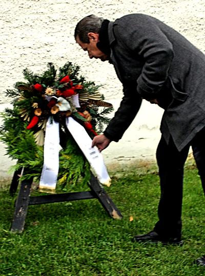 Bürgermeister Kretschel bei der Kranzniederlegung 2015 in Klinga